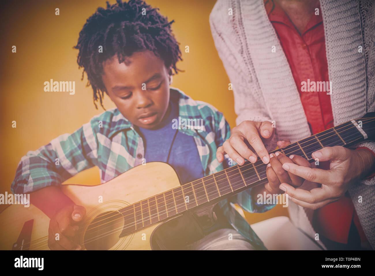 Jungen lernen Gitarre zu spielen. Stockfoto
