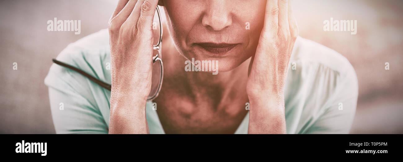 Porträt der Frau Kopfschmerzen leiden Stockbild