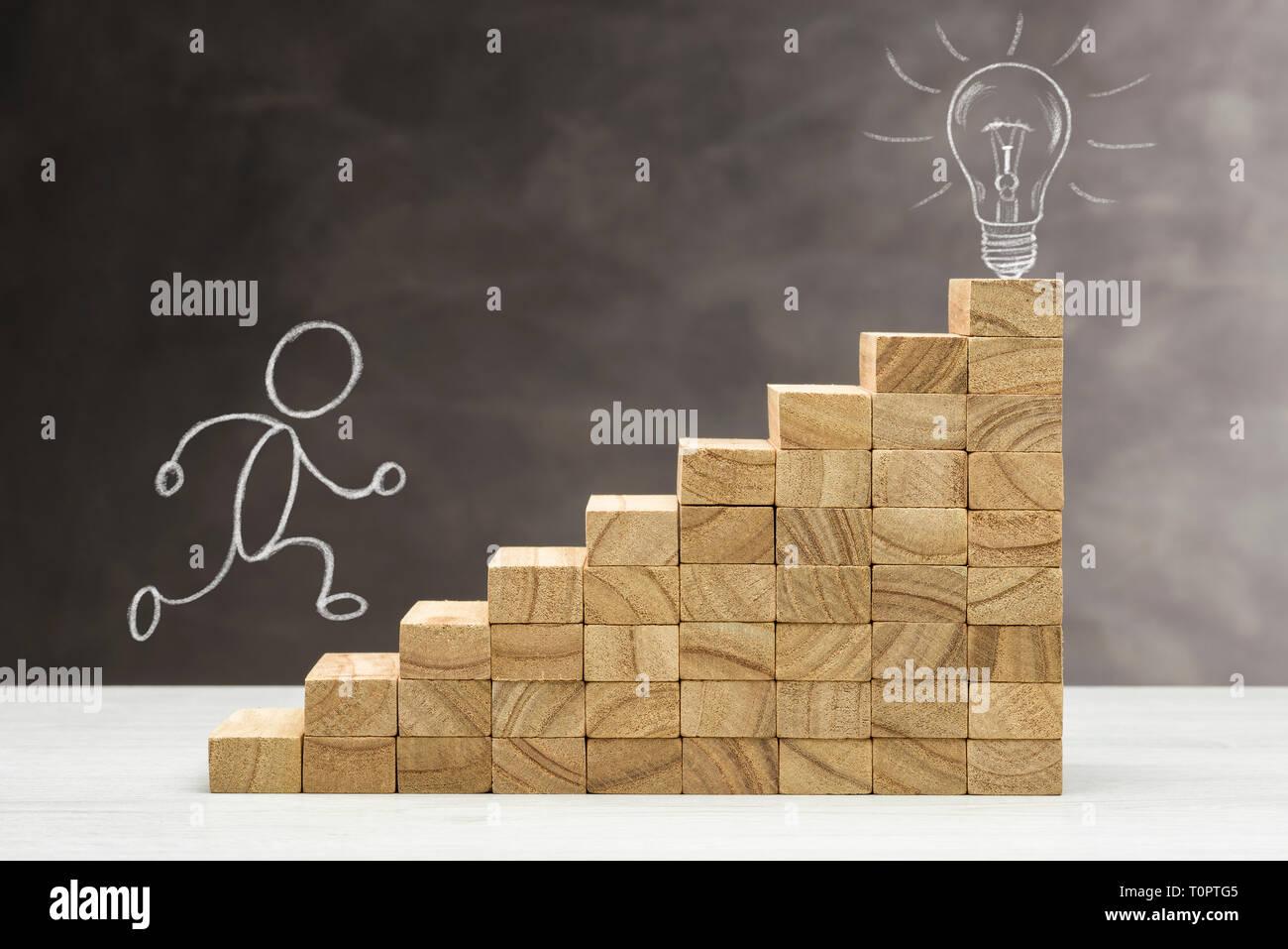 Konzept der Idee und Innovation, Glühbirne leuchtet oben auf einer Treppe, mit der menschlichen Form. Stockfoto