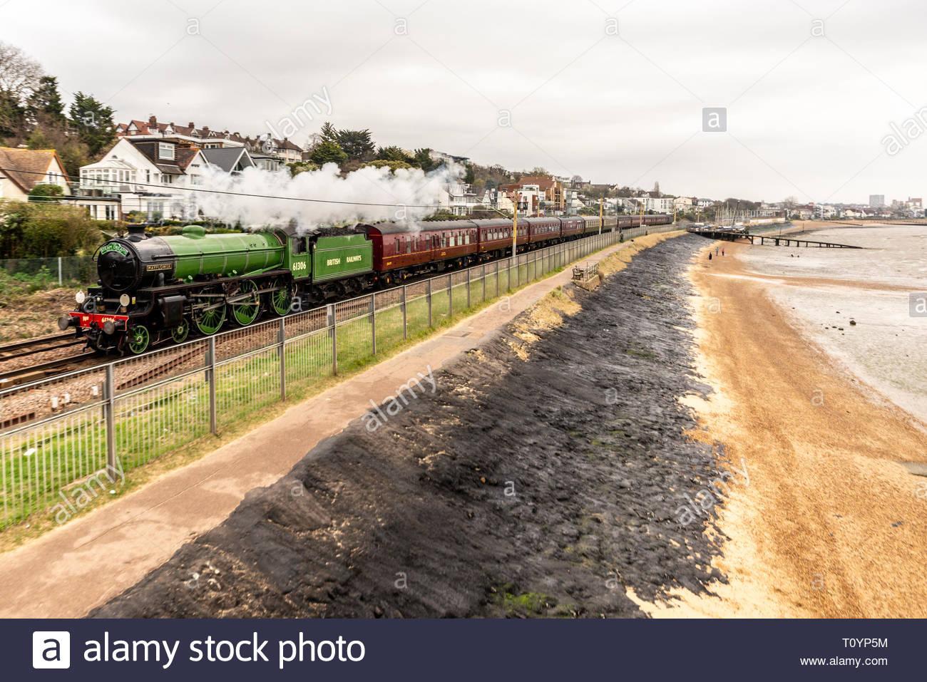 Dampf Sonderzug von Southend East Station betrieben die Bluebell Railway in Sussex durch Bediener Dampf Träume durch B1-Klasse Lokomotive 61306 Mayflower geschleppt. Mayflower wurde 1948 erbaut und diente auf British Railways bis 1967. Es wurde umfassend überarbeitet und auf Hauptleitungen im Jahr 2019 zurück. Die Strecke führte den Zug von Southend auf dem C2C-Leitungen neben der Themsemündung hier bei Chalkwell Stockbild