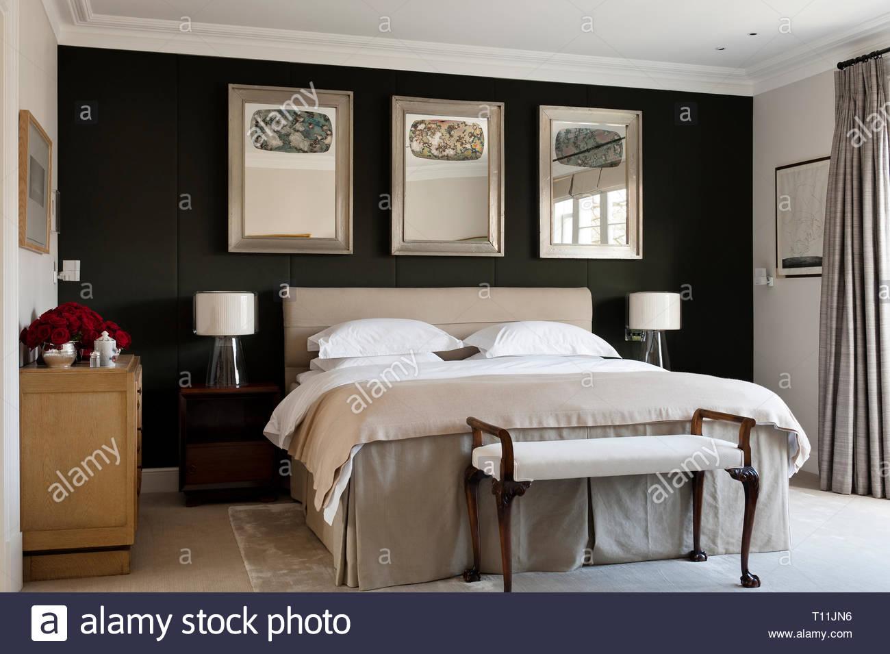 Modernes Schlafzimmer mit Spiegel über dem Bett Stockfoto, Bild ...