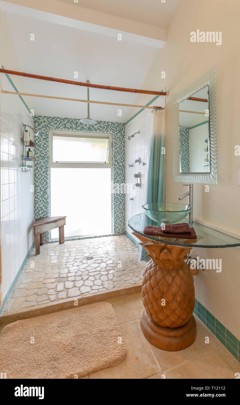 Stil der Insel Badezimmer mit Ananas base Waschbecken Stockfoto ...