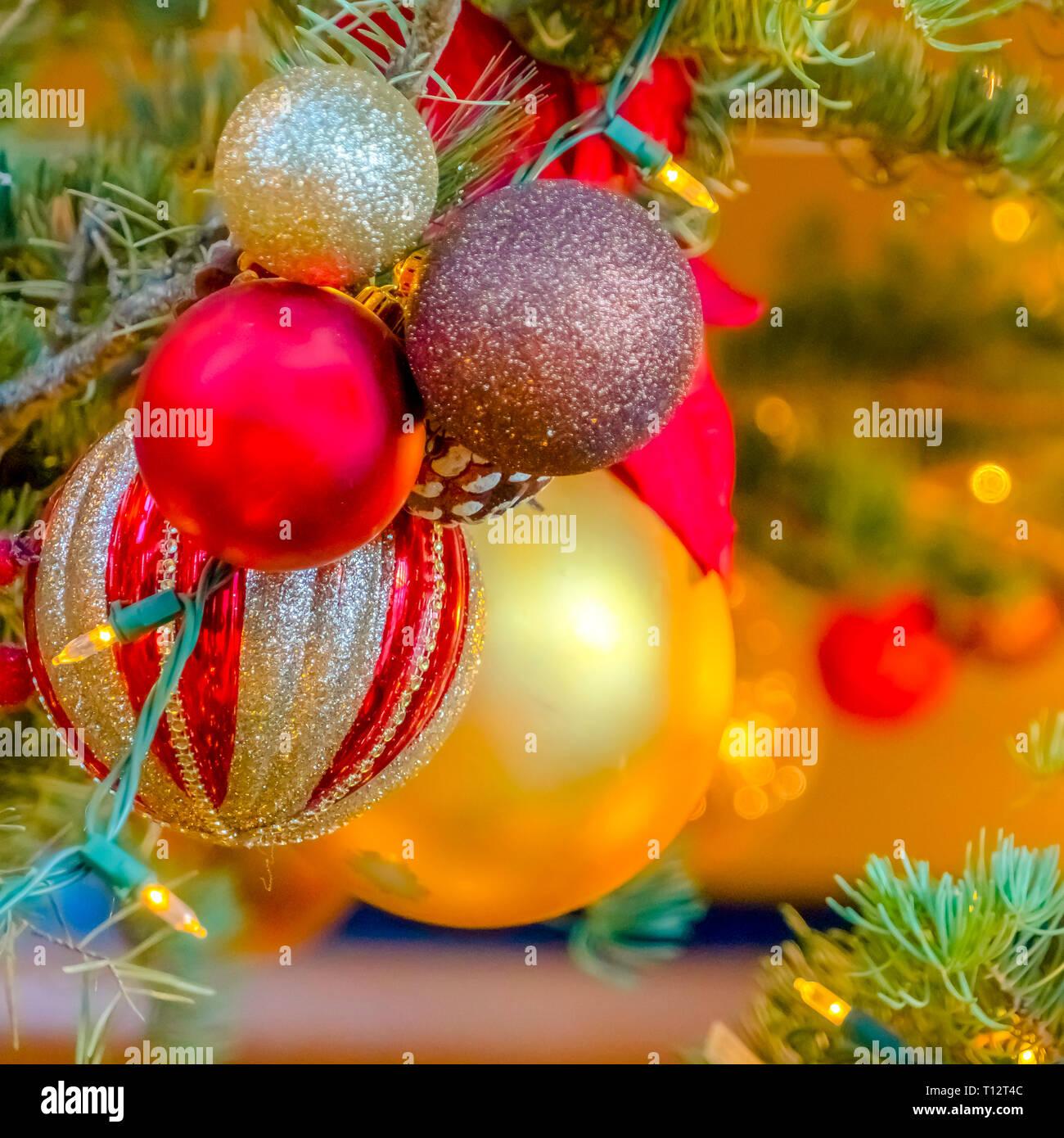 Christbaumkugeln Gelb.Schönen Glitzernden Kugeln Am Weihnachtsbaum In Der Nähe Von