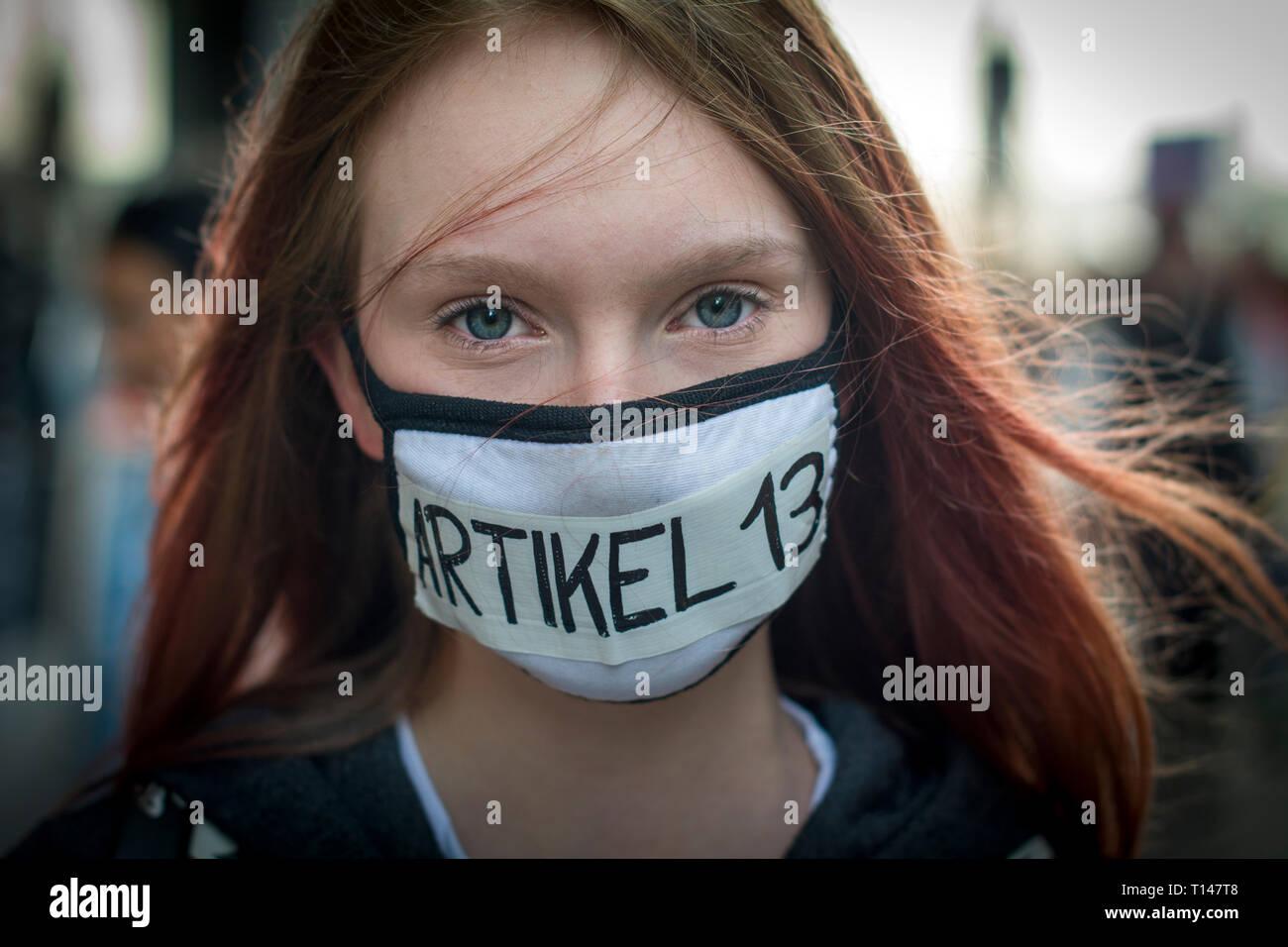 Speichern Sie Ihre Internet Protest in Leipzig, Deutschland. Protest gegen die Richtlinie über das Urheberrecht bekannt als Artikel 13 offiziell die EU-Richtlinie zum Urheberrecht in der digitalen Binnenmarkt genannt, erfordert es die Gleichen von YouTube, Facebook und Twitter mehr Verantwortung für urheberrechtlich geschütztes Material illegal auf ihren Plattformen gemeinsam genutzt wird. Es ist, als Artikel 13 seiner umstrittensten serction bekannt. Kritiker behaupten, es sei eine schädliche Auswirkung auf Entwickler haben wird. Credit: Craig Stennet/Alamy Live News 23/03/2019 Leipzig, Deutschland Stockfoto