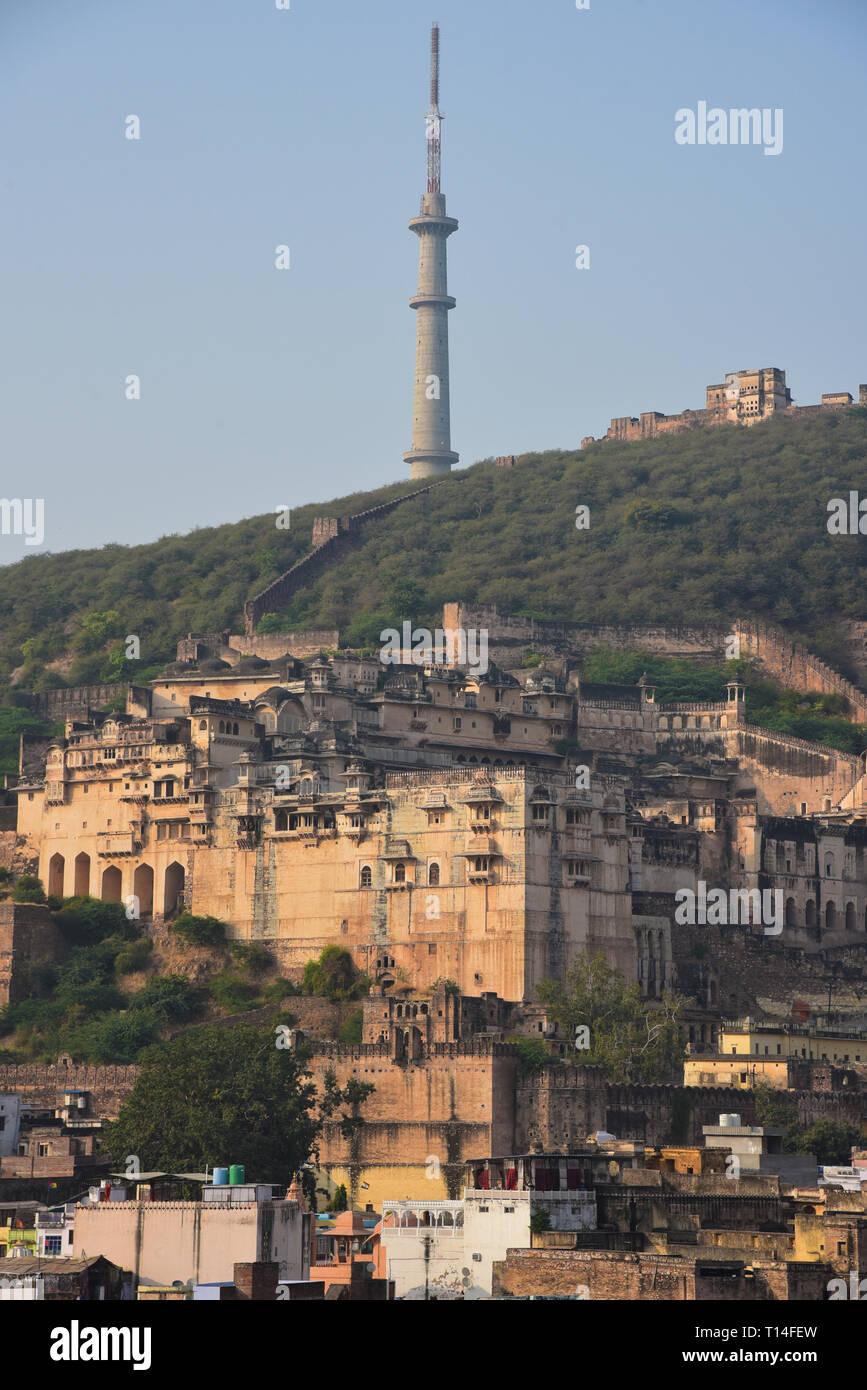 Garh Palast, das Juwel von Rajasthan, ein herausragendes Beispiel von Rajput Architektur, mit einem neuen TV-Mast hinter sich. Bundi, Rajasthan, Indien, Asien. Stockbild