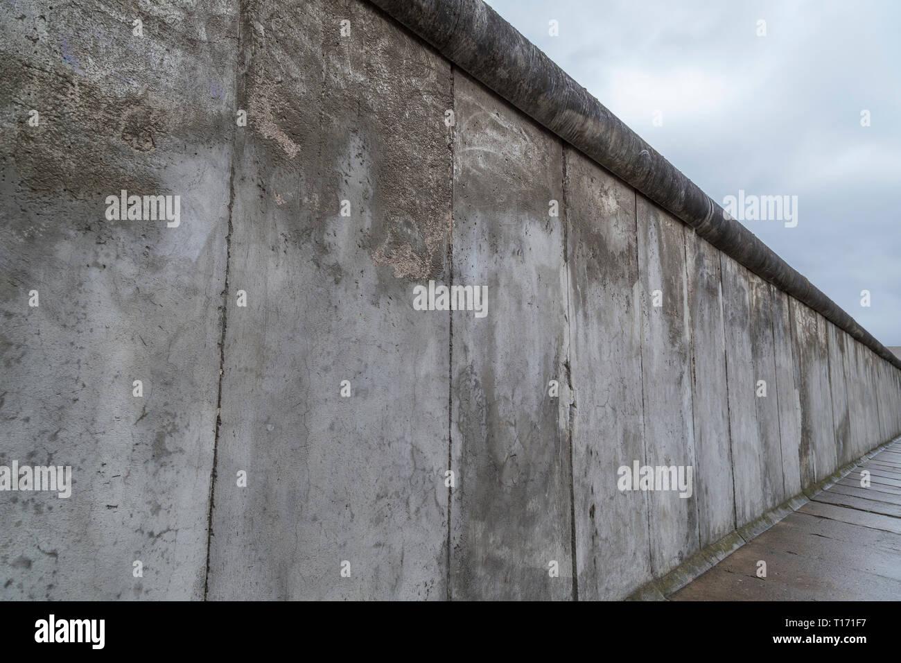 Seitliche Sicht Auf Einen Abschnitt Der Berliner Mauer An Der Gedenkstatte Berliner Mauer Berliner Mauer In Berlin Deutschland An Einem Bewolkten Tag Stockfotografie Alamy
