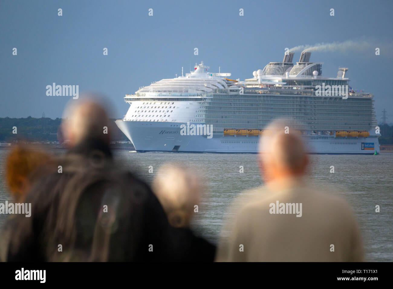 Massive, riesige, Umweltverschmutzung, Harmonie des Meeres, Kreuzfahrt, Schiff, Cowes, Isle of Wight, den Solent, verlassen, Southampton, Hafen, Terminal, England, Vereinigtes Königreich, Stockbild
