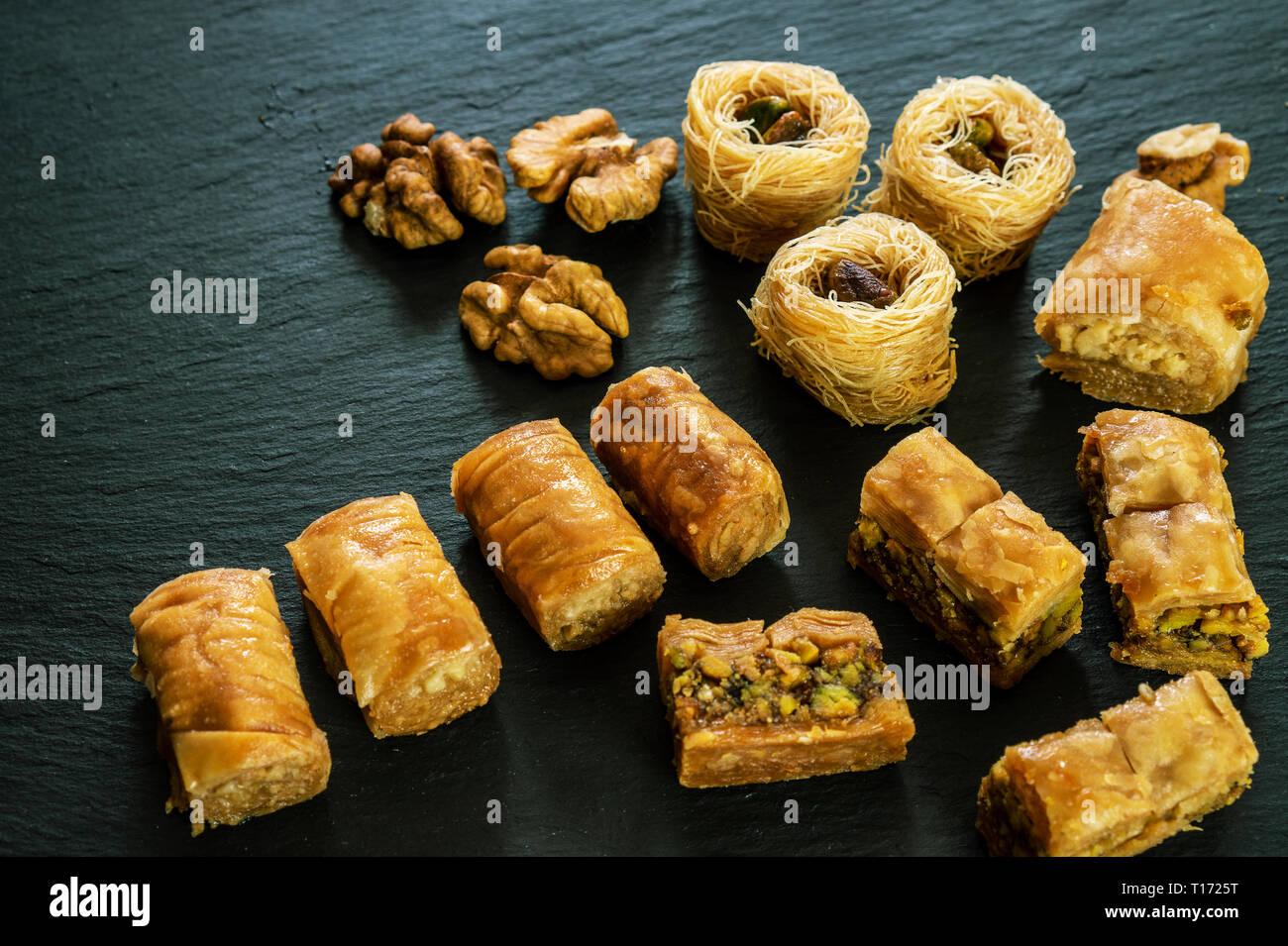 Andere Art von arabischen Baklava auf schwarzem Hintergrund mit Platz für Text-Typen - borma Nest ush-el-bul-bul asabi Stockfoto