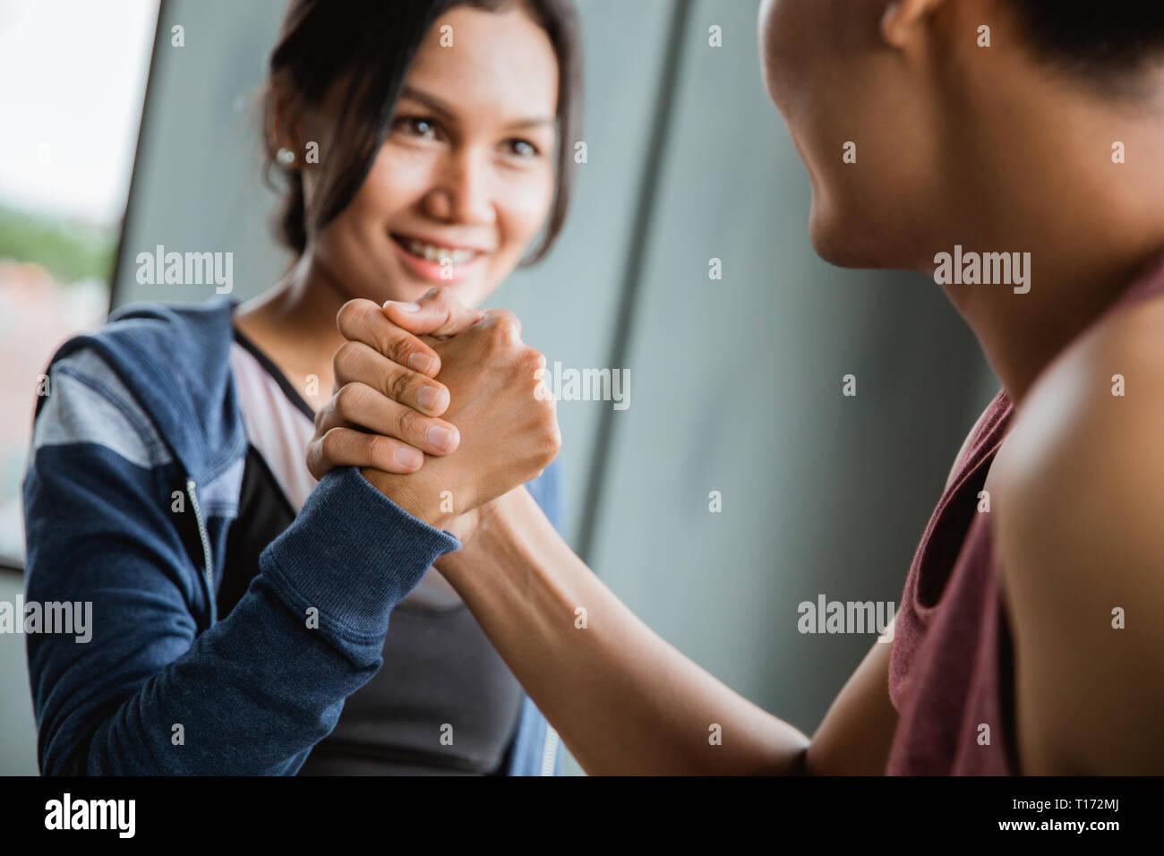 Geste der Sport Shake Hand in der Turnhalle Stockfoto