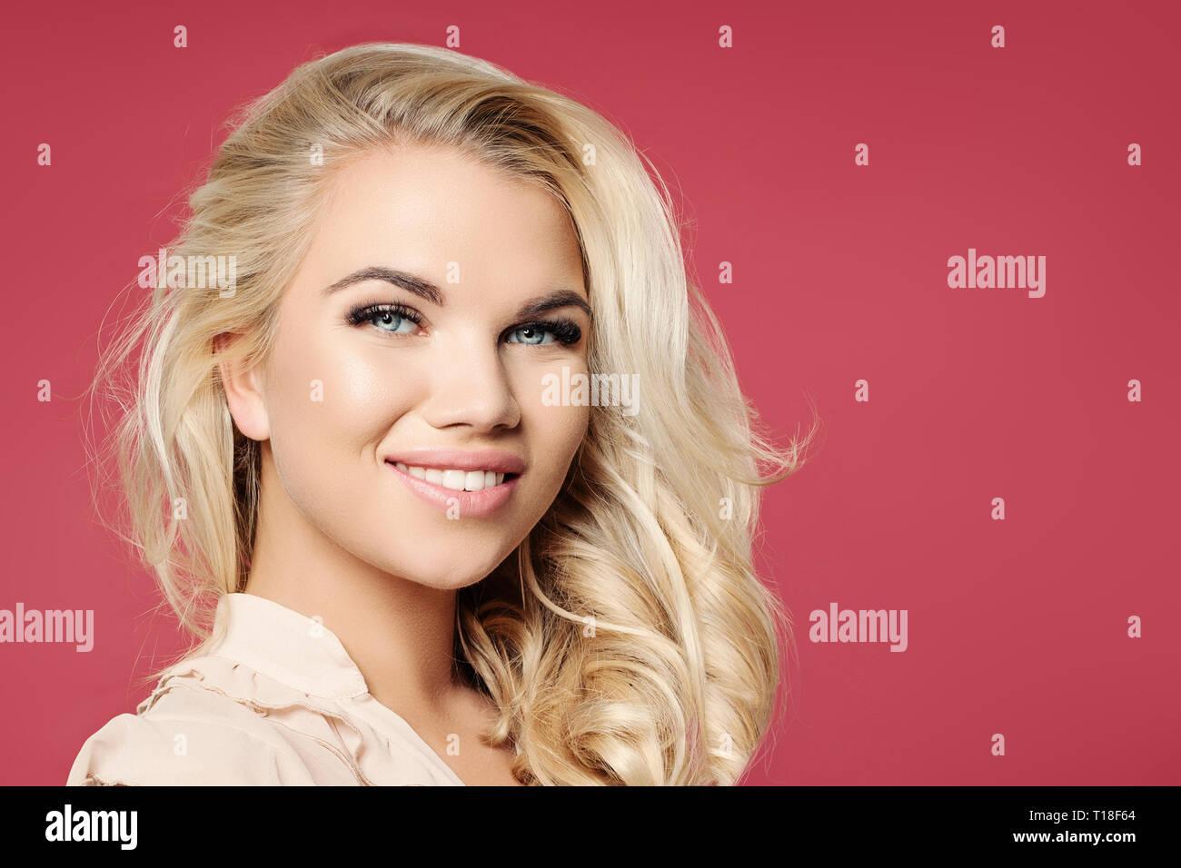 Pretty Woman Gesicht Madchen Mit Blonden Lockigen Bob Frisur Und