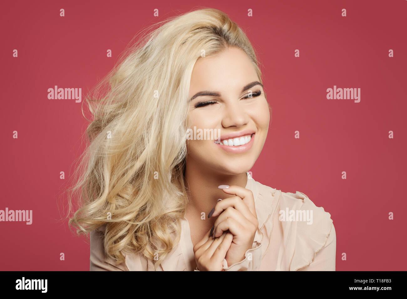 Junge Frau Mit Blonden Lockigen Bob Frisur Spass Und Lachen Gegen