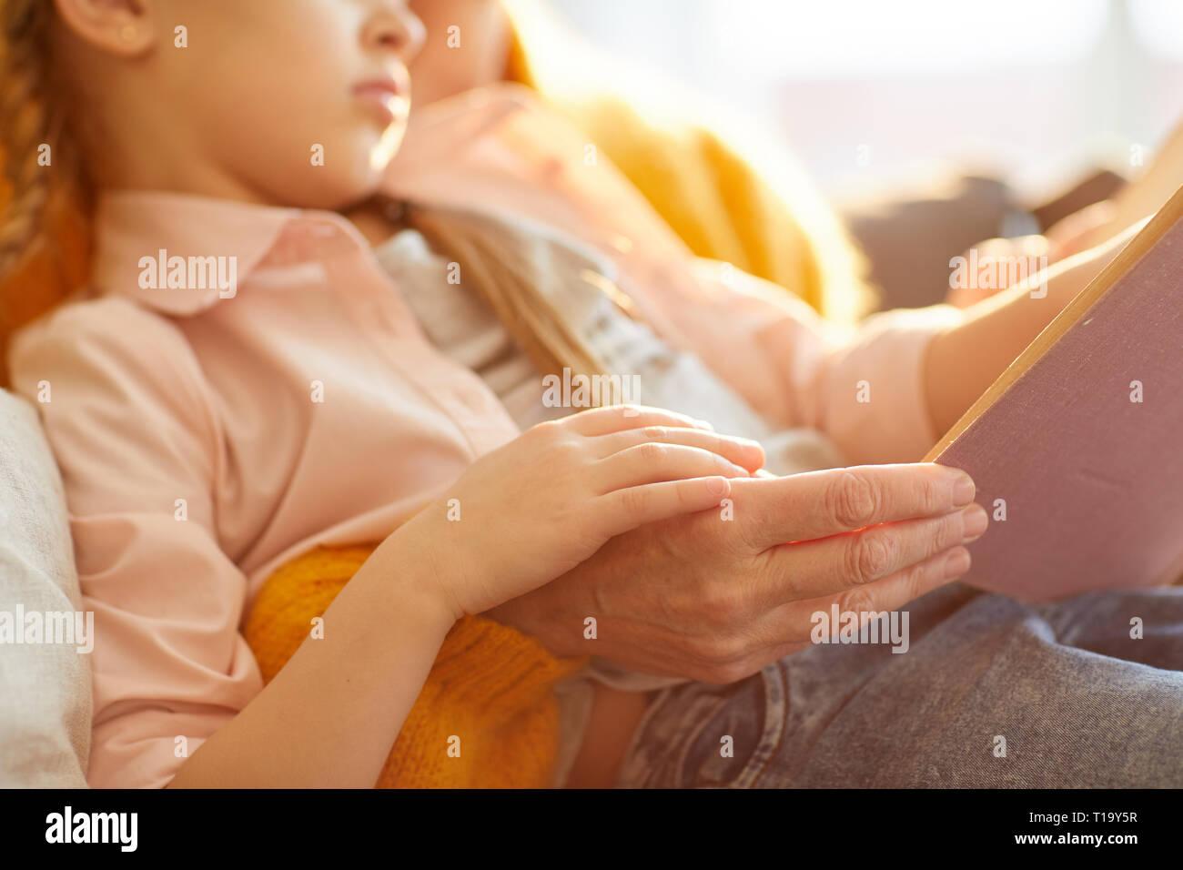 Lesen Märchen im Sonnenlicht Stockbild