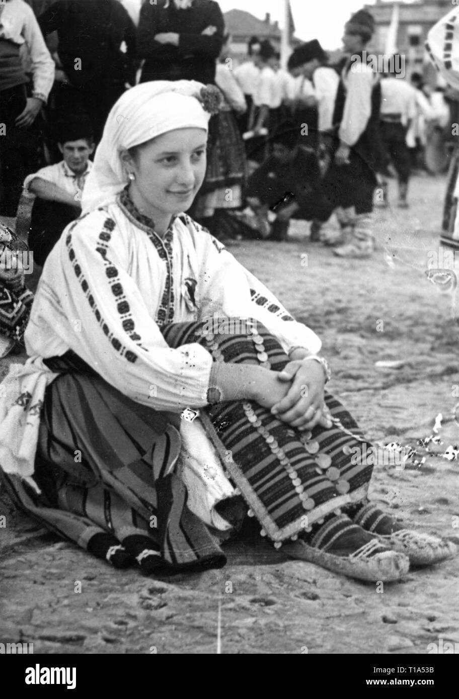 Geographie/Reisen historische, Bulgarien, Folklore, bulgarische Frau in Tracht, circa 1935, Additional-Rights - Clearance-Info - Not-Available Stockbild