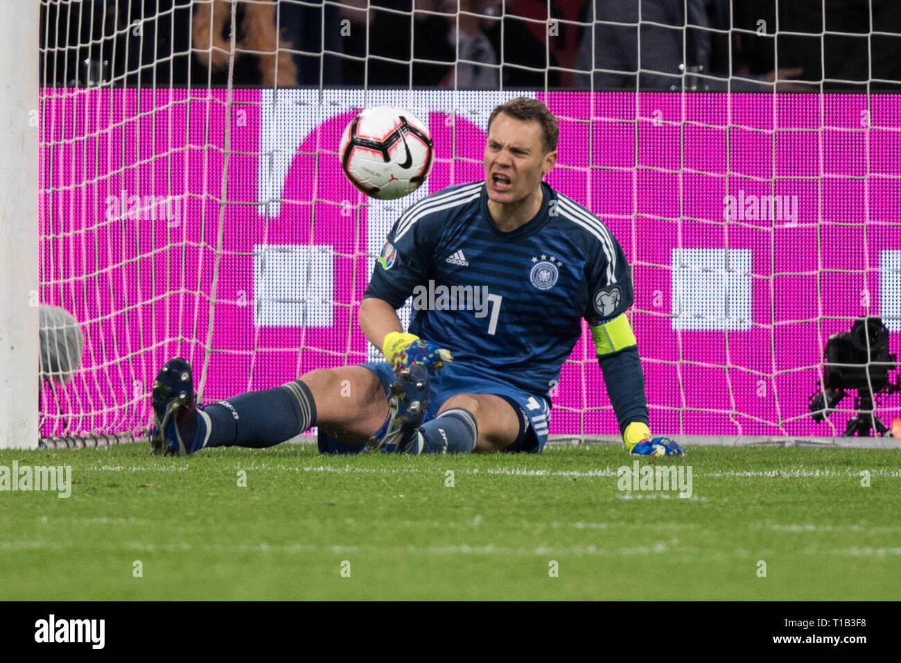 Torhuter Manuel Neuer Ger Sitzt Nach Dem Ziel Zu 2 2