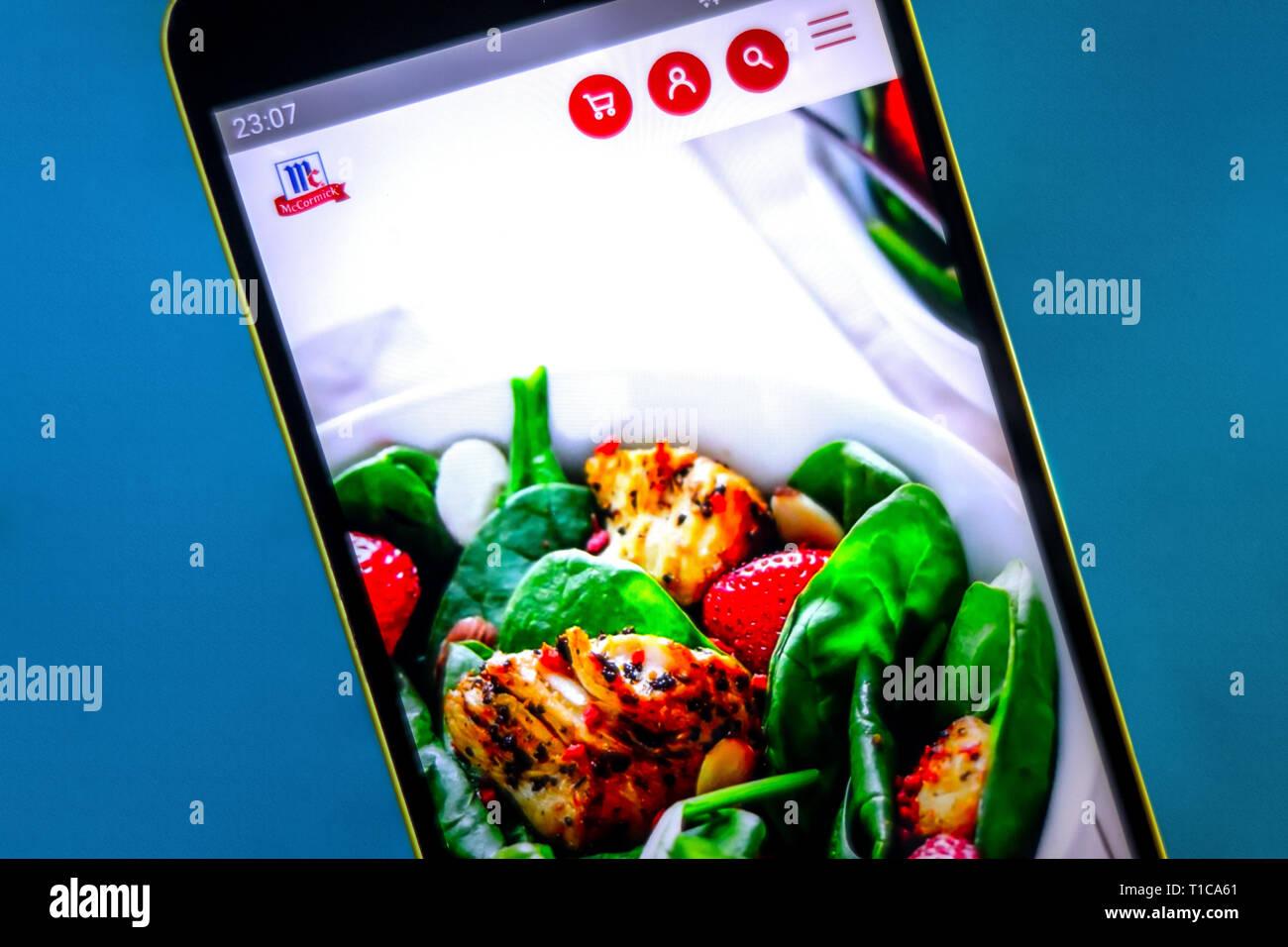 Berdyansk, Ukraine - März 24, 2019: Illustrative Editorial, McCormick Homepage. McCormick Logo sichtbar auf dem Bildschirm des Telefons. Stockbild