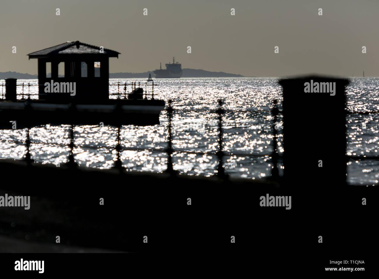 Strand, Meer, Geländer, Bürgersteig, Verteidigung, difence, Straße, Silhouette, Sonnenlicht, auf, Hütte, Fußgänger, Schiff, den Solent, Knurrhahn, Isle of Wight, England, Vereinigtes Königreich, Stockbild