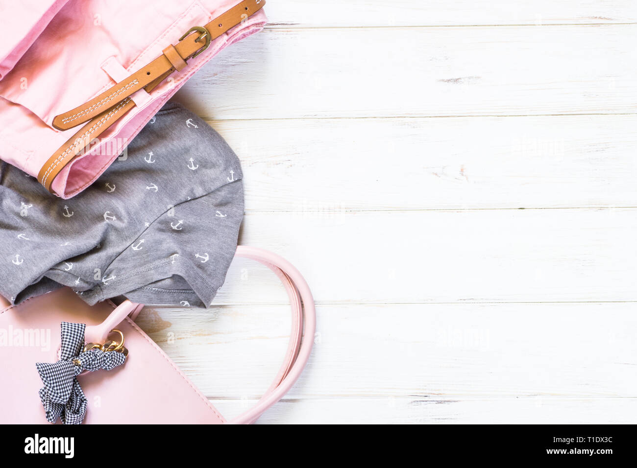 new arrival 551db a7221 Frau Kleidung und Accessoires in rosa und grauen Farben ...