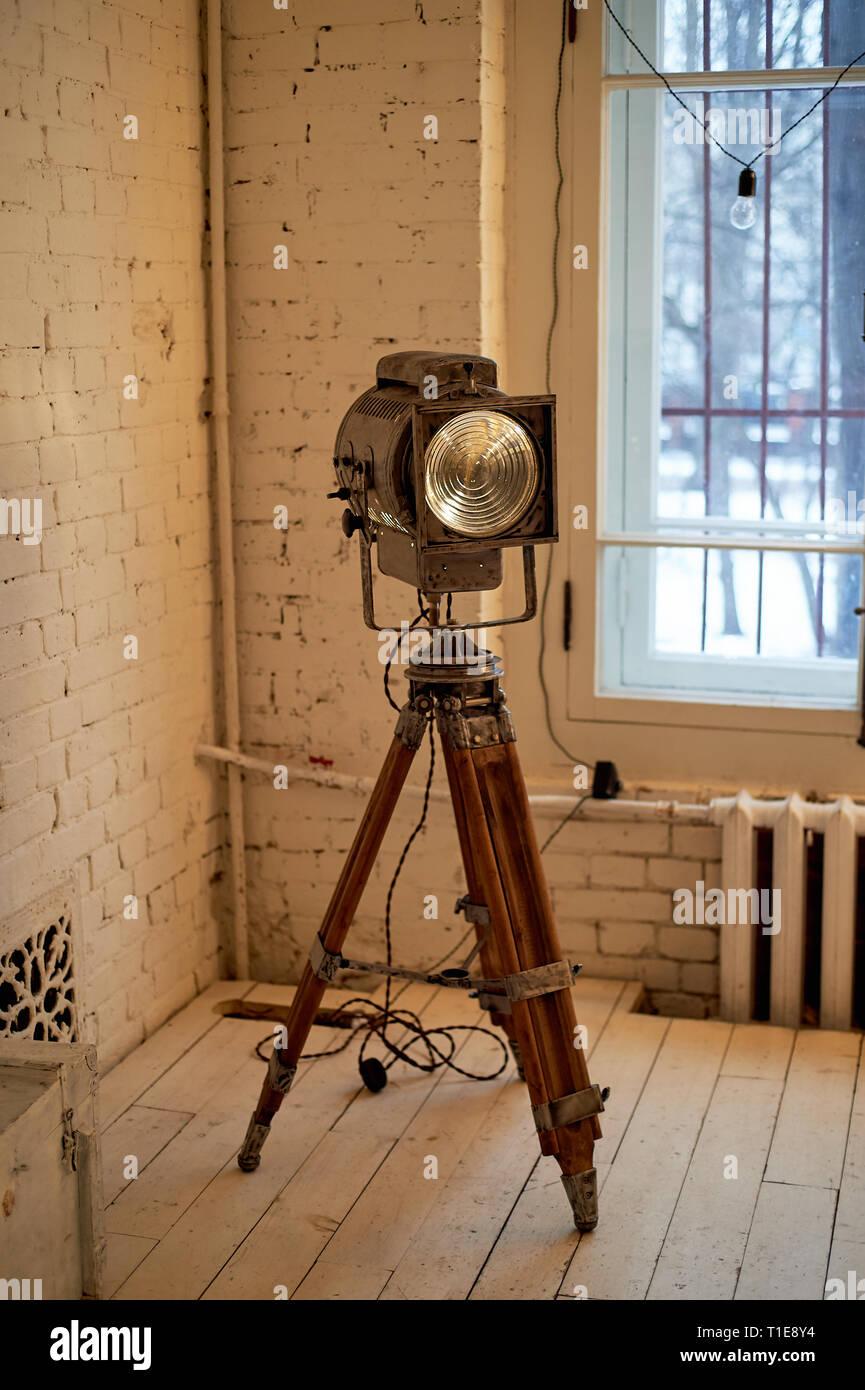 Alten Film Projektor mit einer Linse und einem heißen Lampe. Auf einem Stativ. Stockbild