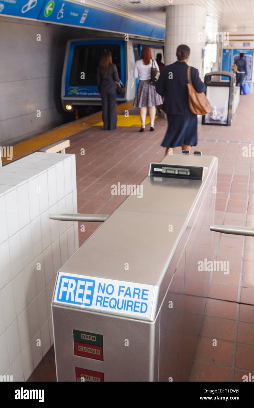 Miami Florida Metromover APM automatisierte Peoplemover städtischen öffentlichen Verkehrsmitteln mass Transit Station Frau Frauen Passagier Kommunikations- Stockbild