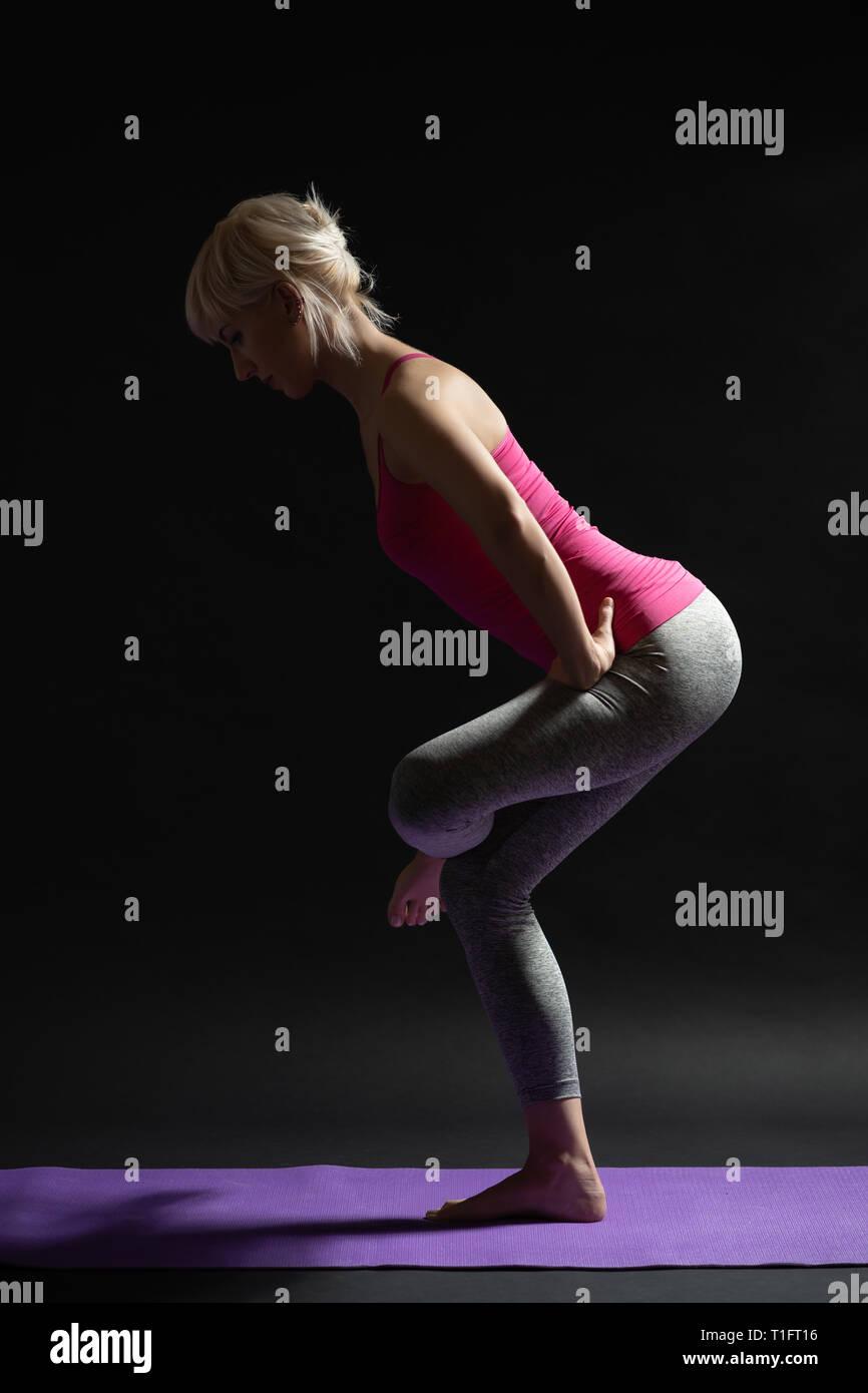 Frau Training Pilates. Ständigen Gesäß- und Oberschenkelmuskulatur dehnen. Stockfoto