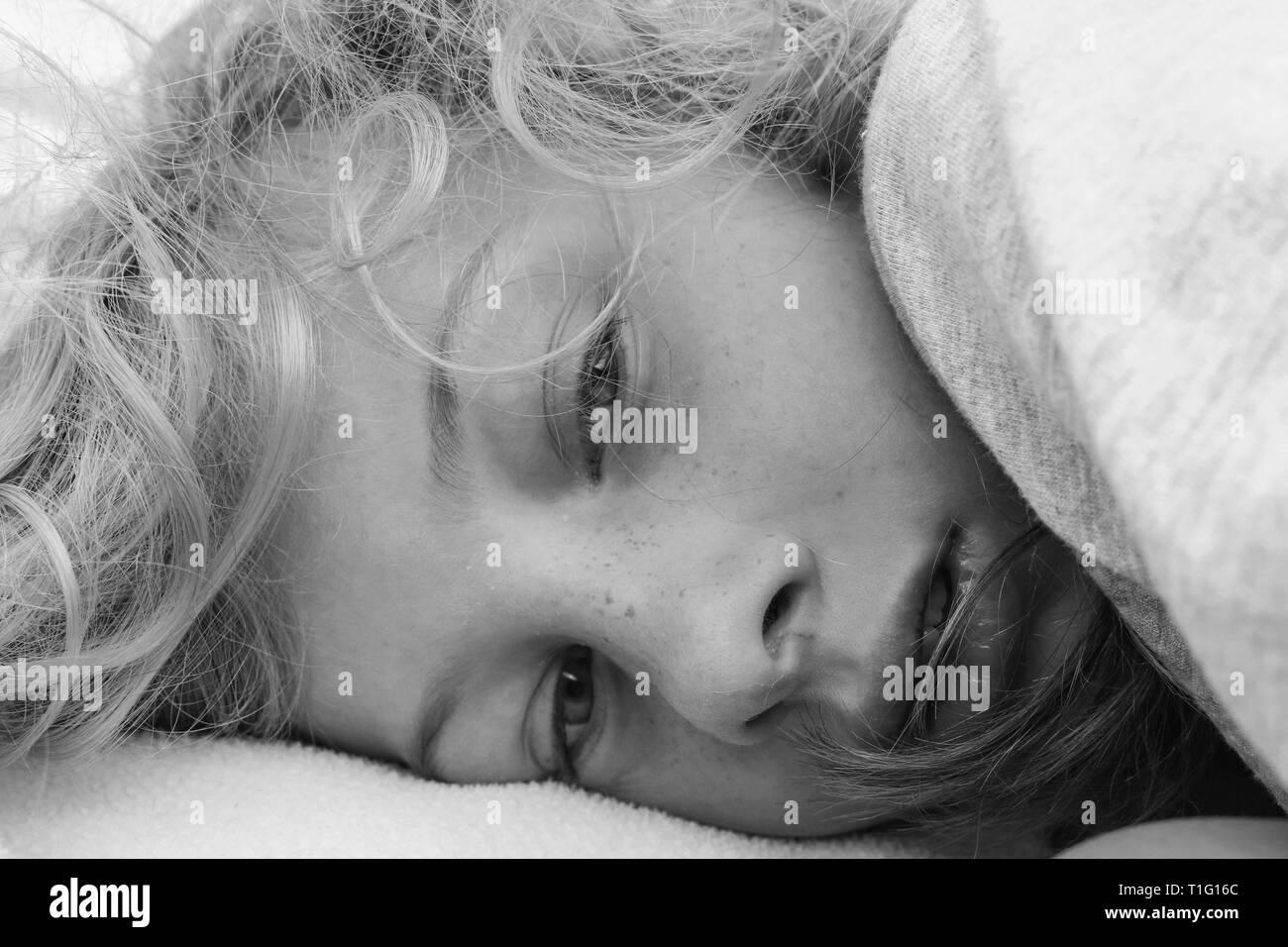 Schwarz-weiß-Porträt einer lethargischen Mädchen Aufwachen Stockbild