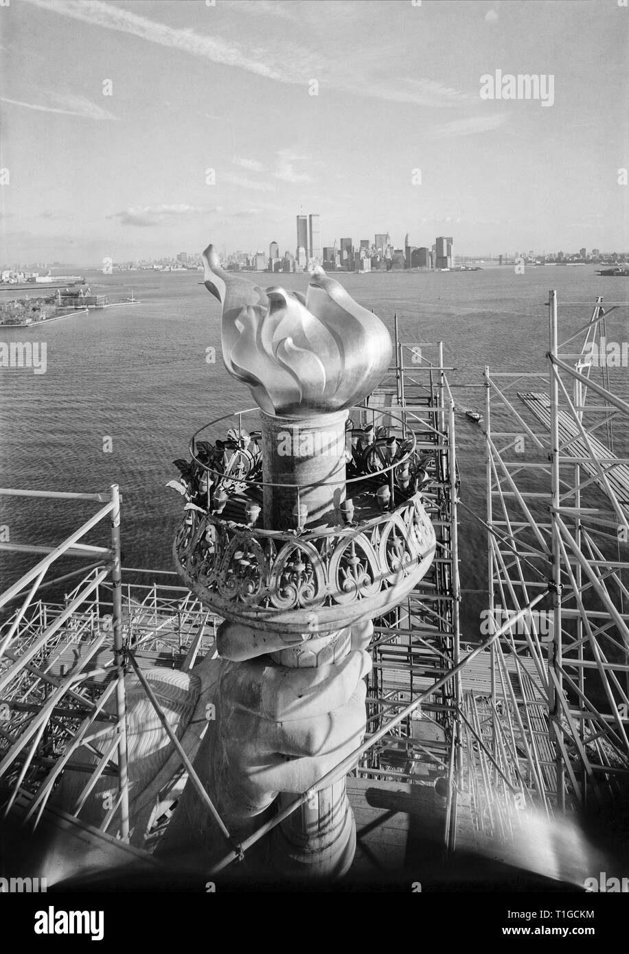 Freiheitsstatue mit neuen Taschenlampe, New York City, 1985 Stockfoto
