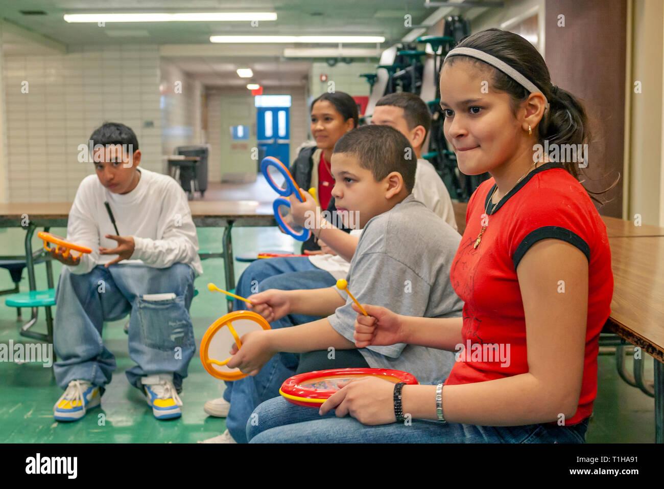 Schule für Kinder in der Gruppe lernen Musikinstrumente mit ihrer Musik Lehrer zu spielen. Stockfoto
