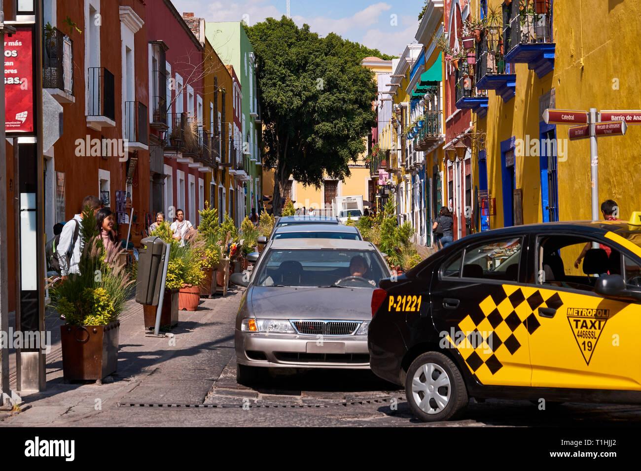 Auto Verkehr in bunten Straße von Gasse der Frösche in der historischen Stadt Puebla, Callejon de Los Sapos, Calle 6 Sur, Puebla de Zaragoza, Mexiko Stockbild
