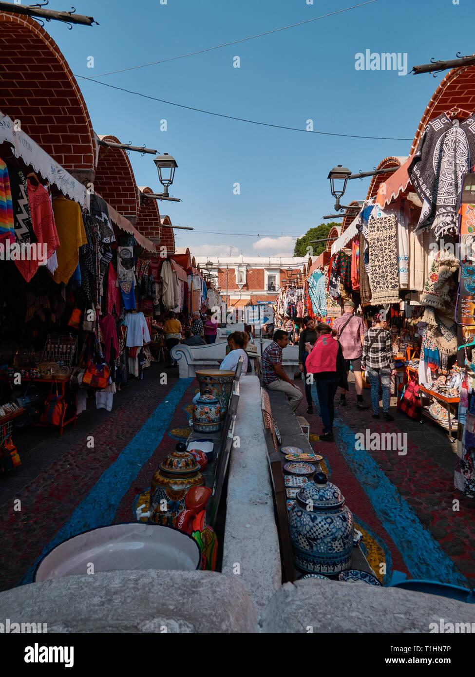 Touristische und typische Produkte im mexikanischen Handwerkermarkt El Parian, Avenida 6 Oriente, Puebla, Mexiko Stockbild