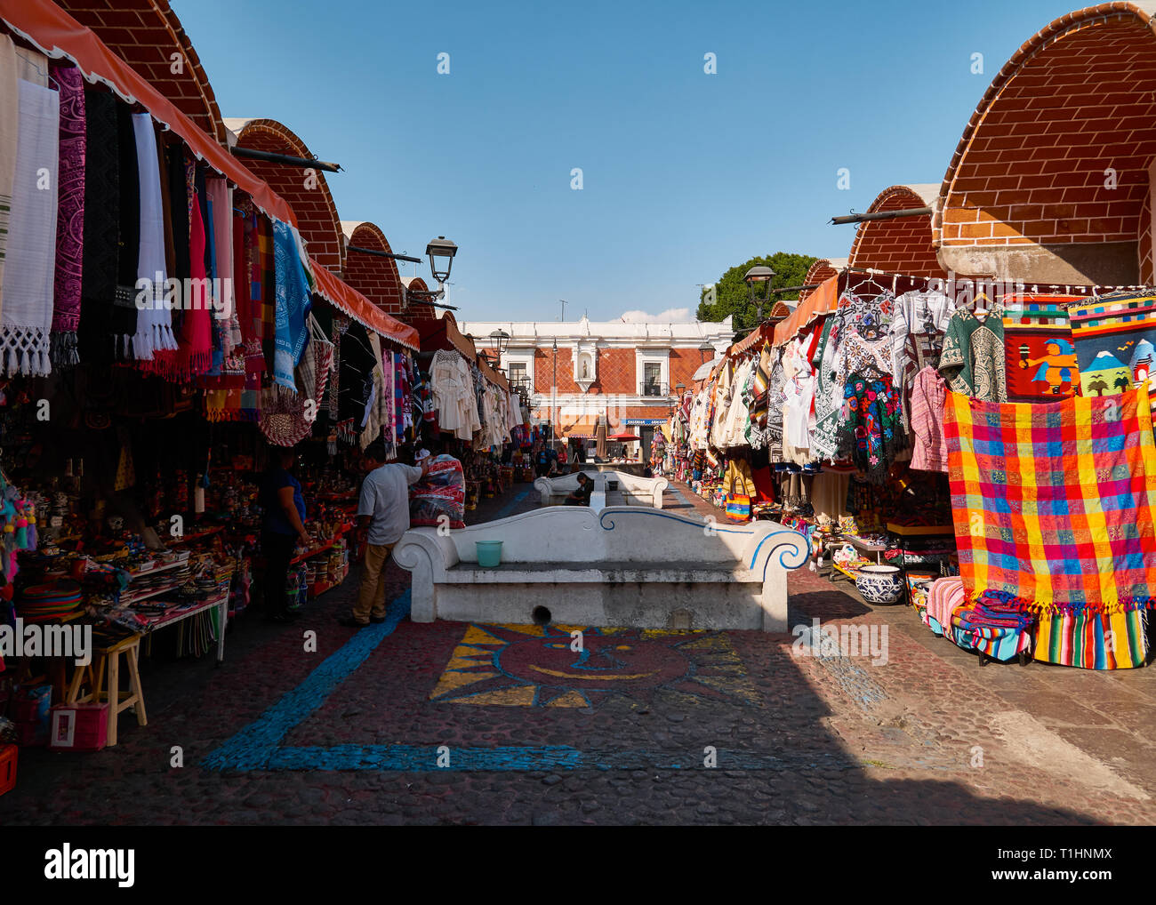 Touristische und typische Produkte im historischen Mexikanischen Handwerkermarkt El Parian, Avenida 6 Oriente, Puebla, Mexiko Stockbild