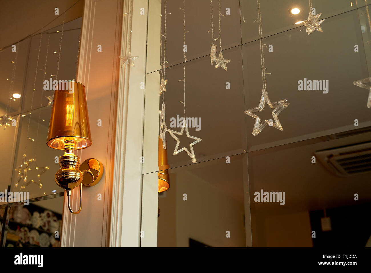 Antike Wandleuchte Wandleuchte mit Spiegel und vintage Hintergrund. Stockbild