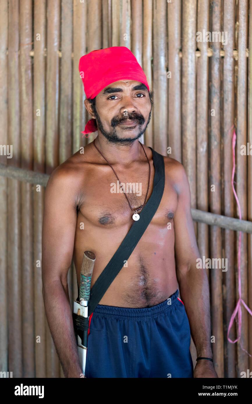 Eine lokale Alfur Dorfbewohner und Jäger aus seram Insel, Molukken, Indonesien Stockfoto