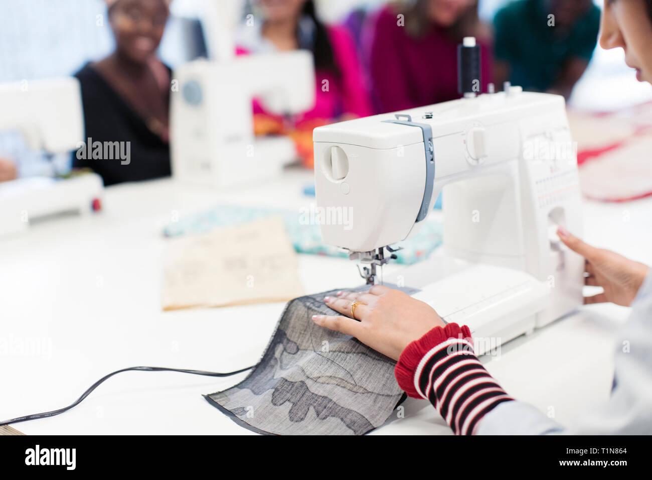 Weibliche Mode Designer arbeiten an der Nähmaschine Stockfoto