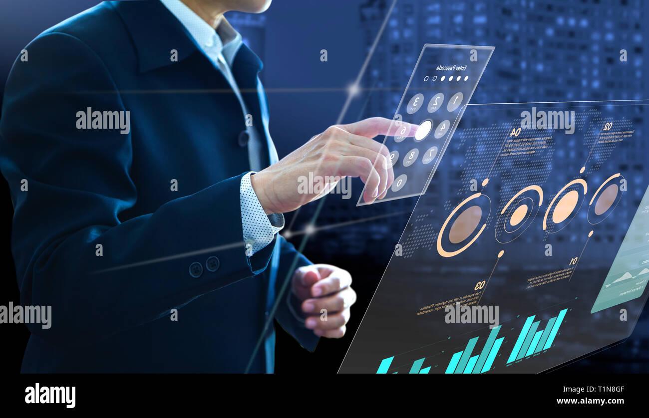 Geschäftsmann eingabe code auf moderne virtuelle Touchscreen als Zugang zu Investitionen Informationen zum Risikomanagement und Analyse zur Investitionsrendite. Stockfoto
