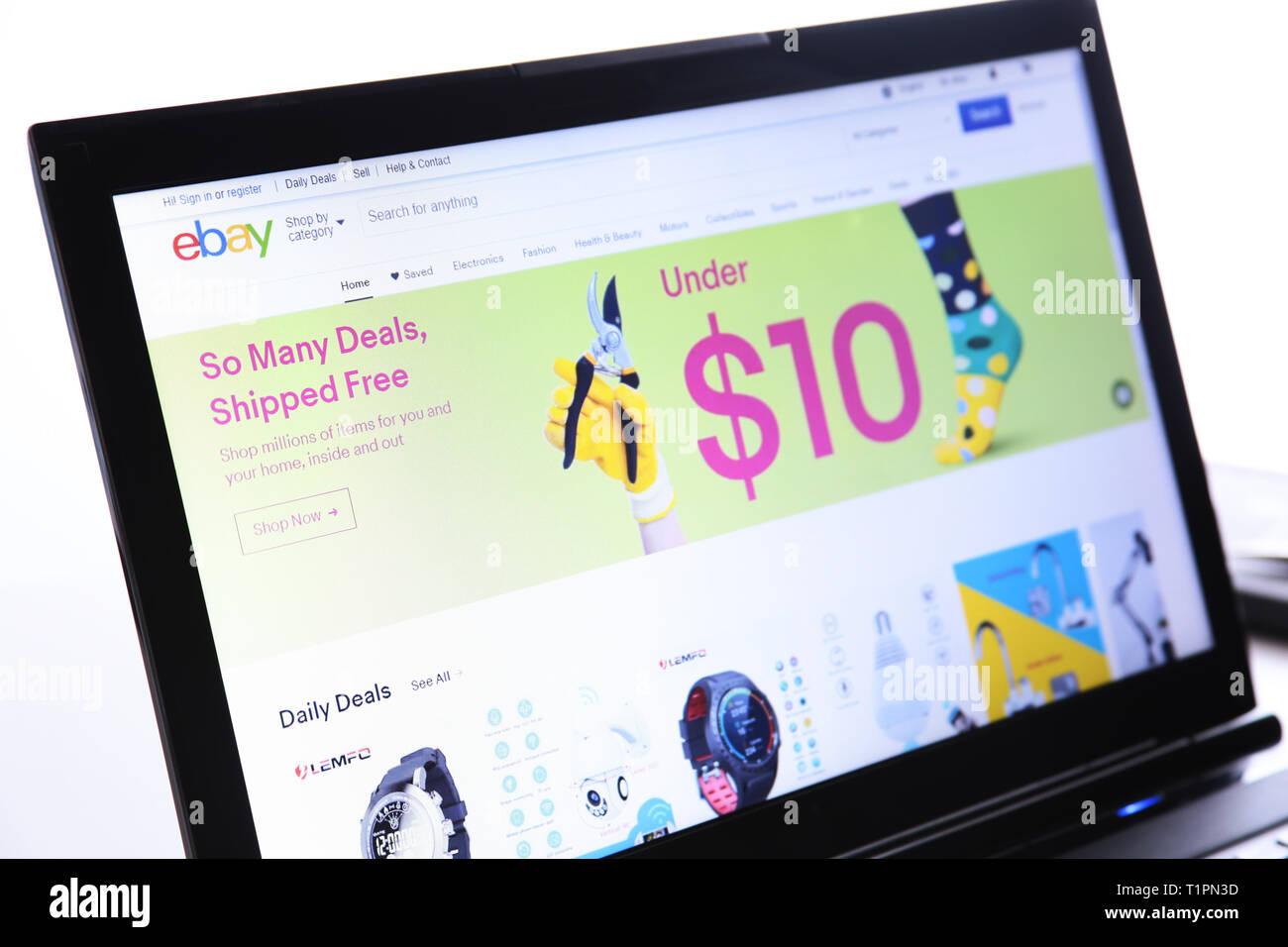 New York, USA - 25. März 2019: Illustrative Redaktion der Website von EBAY.COM eBay Logo sichtbar auf dem Anzeigebildschirm angezeigt. Stockbild
