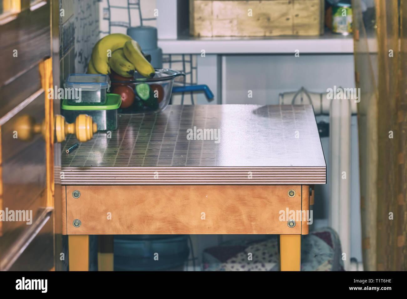 Iinterior ist sehr kleine Küche. Esstisch in der Küche Stockfoto ...
