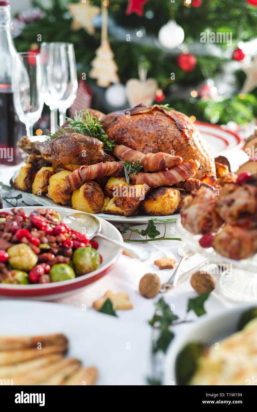 Weihnachtsessen mit gebratenem Truthahn und Beilagen Stockbild
