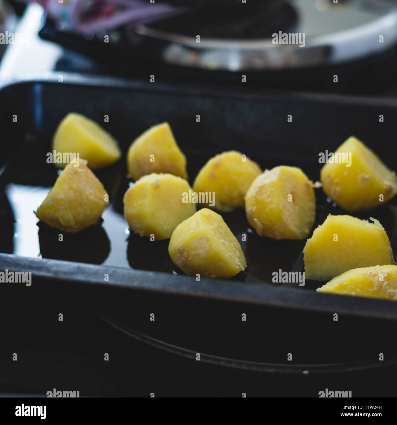 Kartoffeln in Gänseschmalz bereit für Weihnachten gekocht zu werden Stockbild