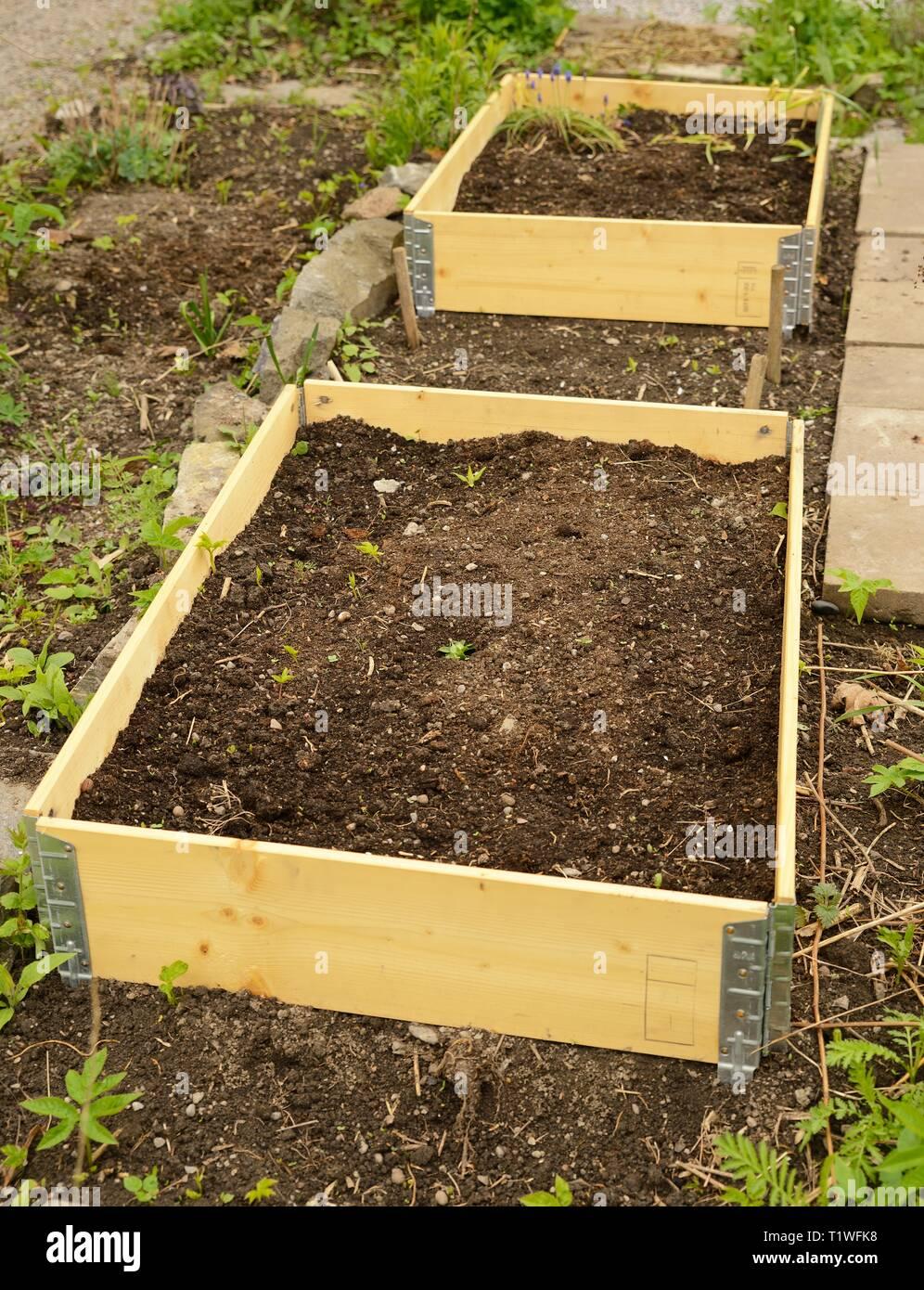 Paletten Im Garten Stockfoto Bild 242120908 Alamy