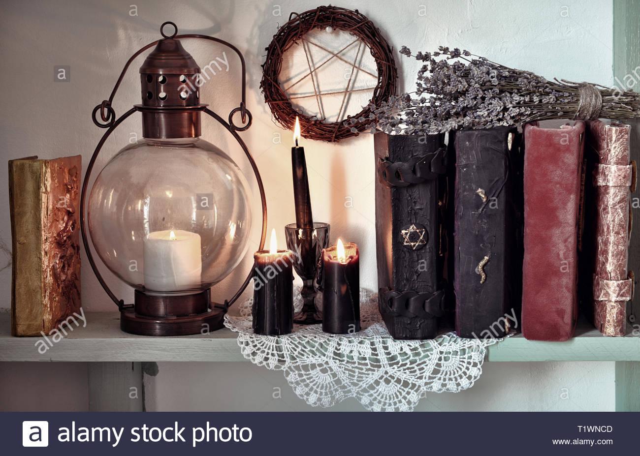 Magic gothic Ritual. Wicca, Esoterik, Wahrsagerei und okkultem Hintergrund mit Vintage Objekte Stockbild