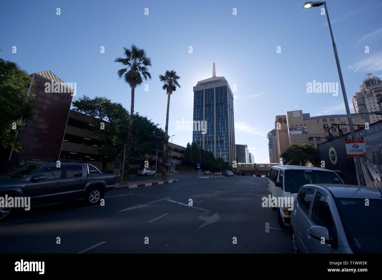 Sandton street scene und Sandton City Office Tower, Sandton, Gauteng Stockbild