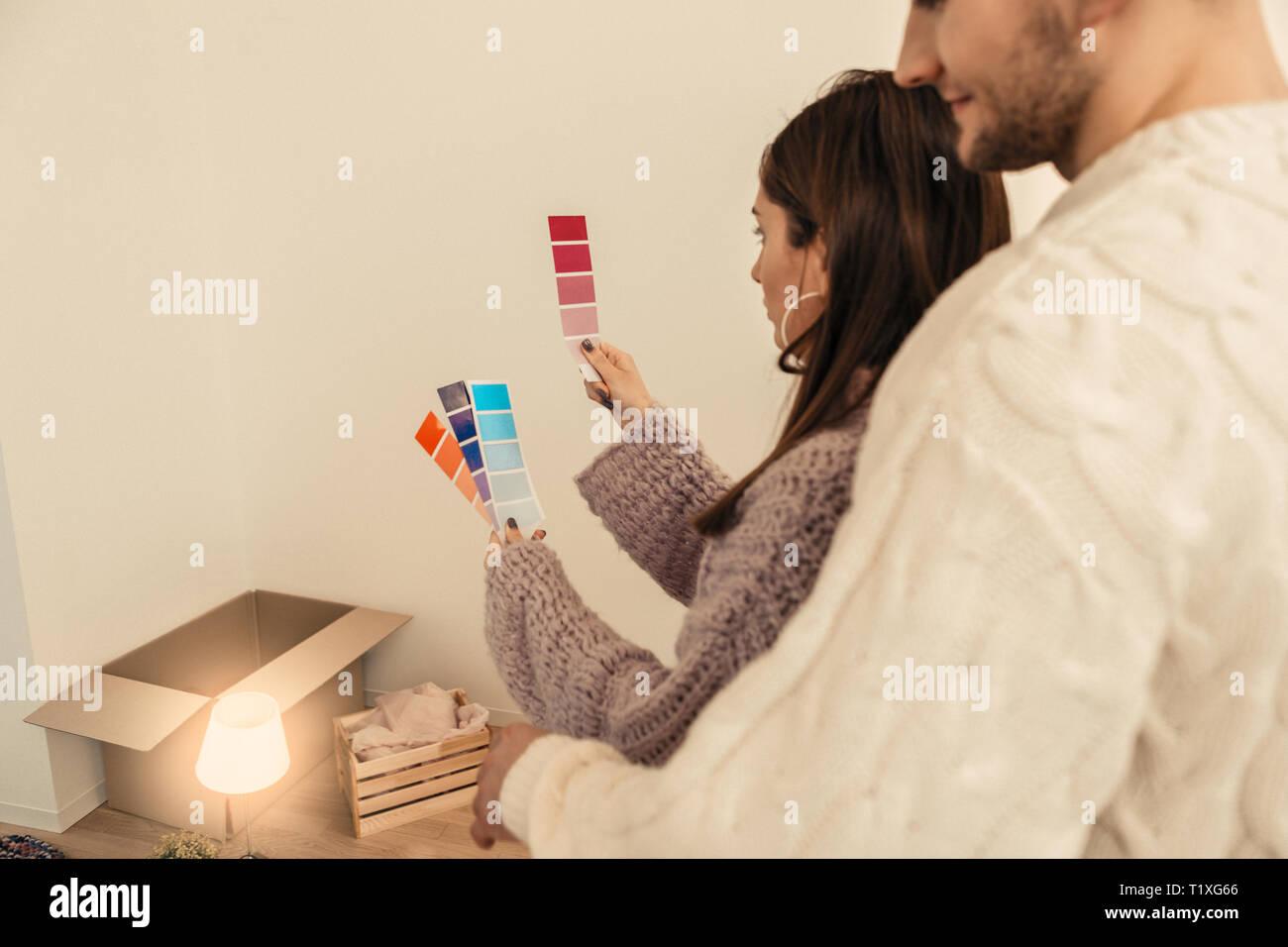Paar Auswahl der Farben für Ihr Haus zur Renovierung Stockfoto