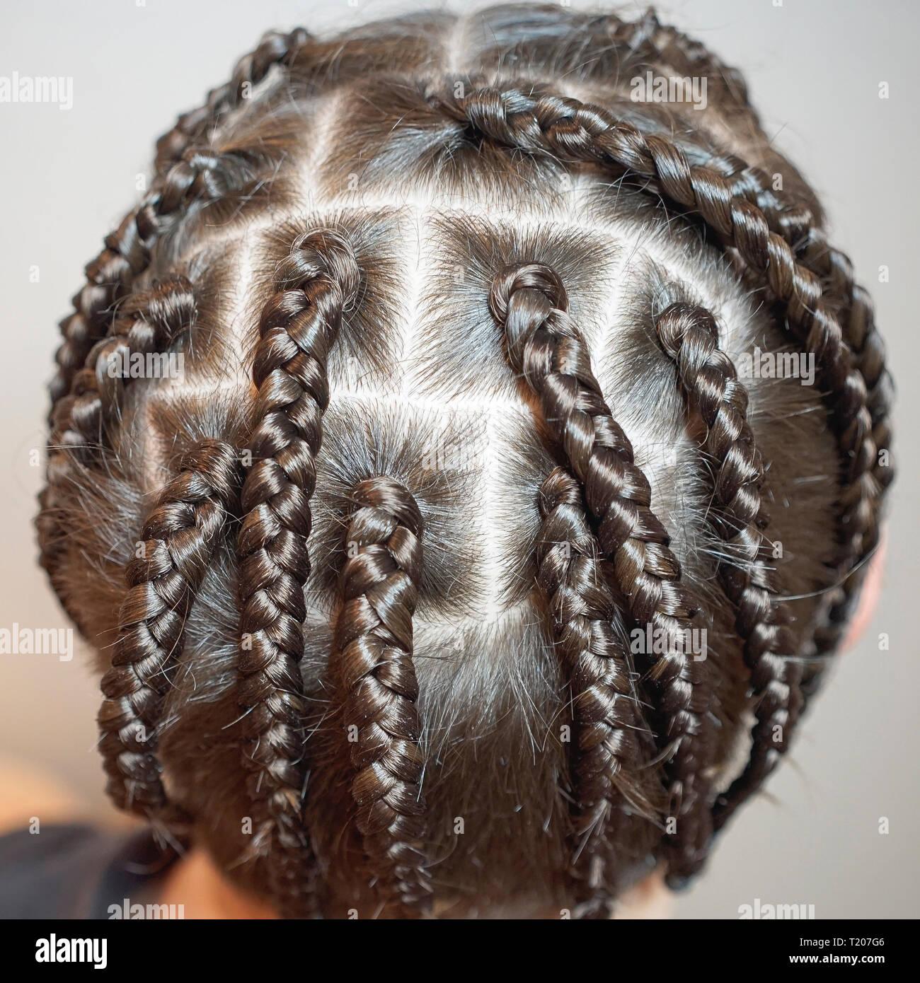 Manner Frisur Aus Dunnen Zopfe Kreativen Wellen Der Haare Auf Dem
