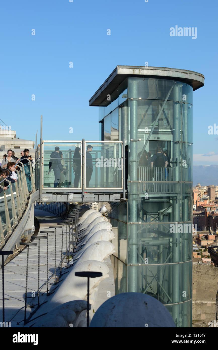 Touristen- und Außenbereich Lift oder Aufzug zur Dachterrasse, Aussichtspunkt oder Beobachtung der Vittorio Emanuele II-Denkmal, Rom, Italien Stockbild