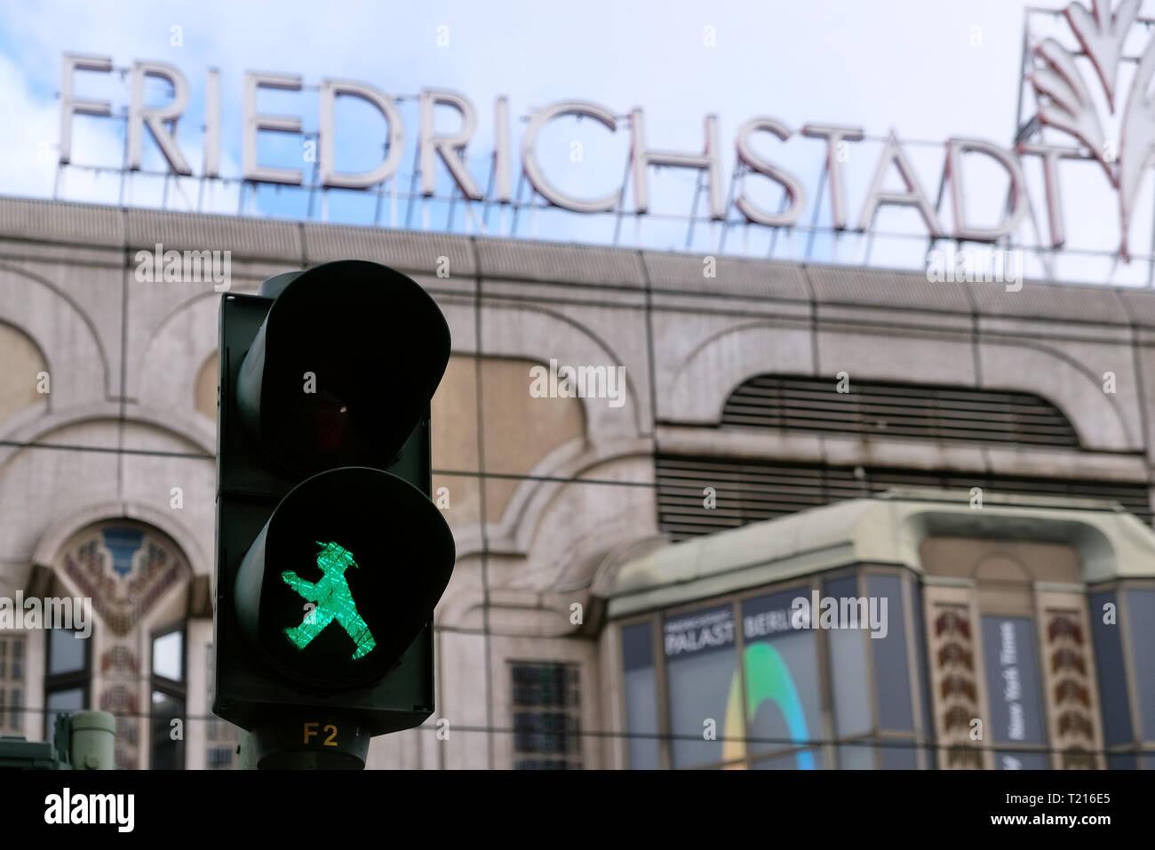 Grüne Ampel Mann vor der Beschriftung der Friedrichstadt Palast in Berlin Mitte. Stockfoto