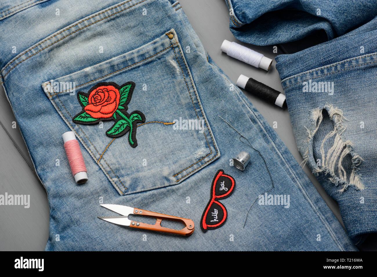 Anwendung Gestickte Patches zu Jeans Stockbild