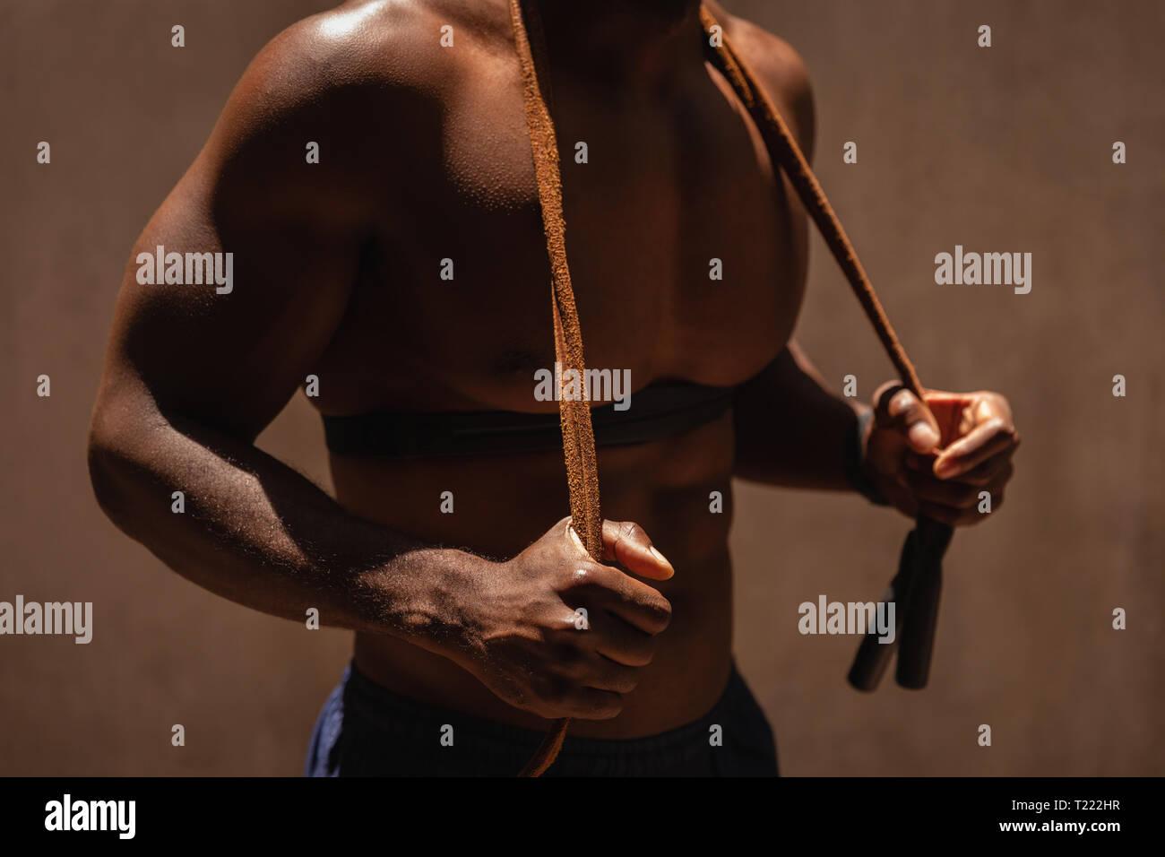 Mann stand halten Springseil über der Schulter Stockbild