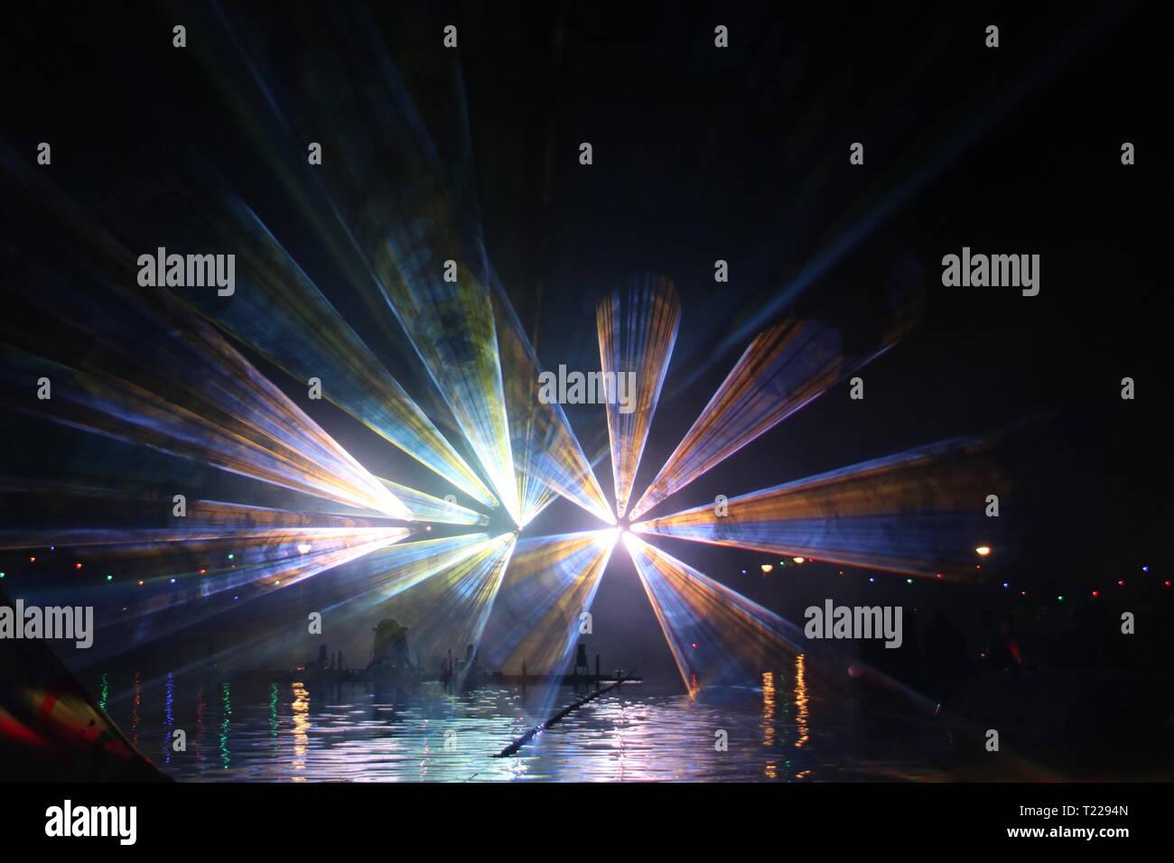 Laserstrahlen während einer öffentlichen zeigen in verschiedenen Farben im Wasser der Ringvaart (Ring Kanal) Zuidplaspolder in Nieuwerkerk aan den IJssel Stockfoto