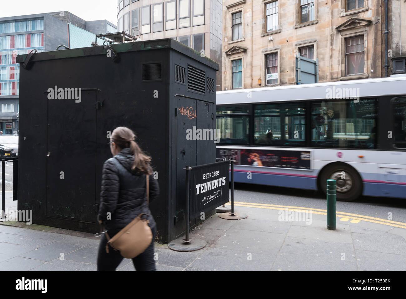 Hope Street Glasgow, am stärksten verschmutzten Schottlands street-bus vorbeifahren Curbside Überwachung der Luftqualität Website - Glasgow, Schottland, Großbritannien Stockbild
