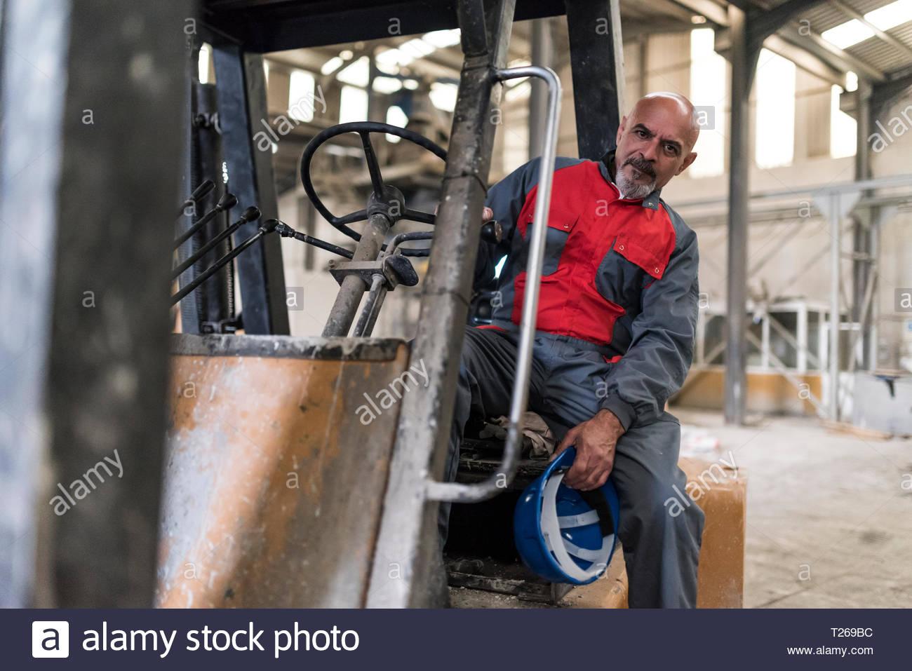 Portrait von Arbeiter sitzen auf Gabelstapler in der Factory Stockfoto